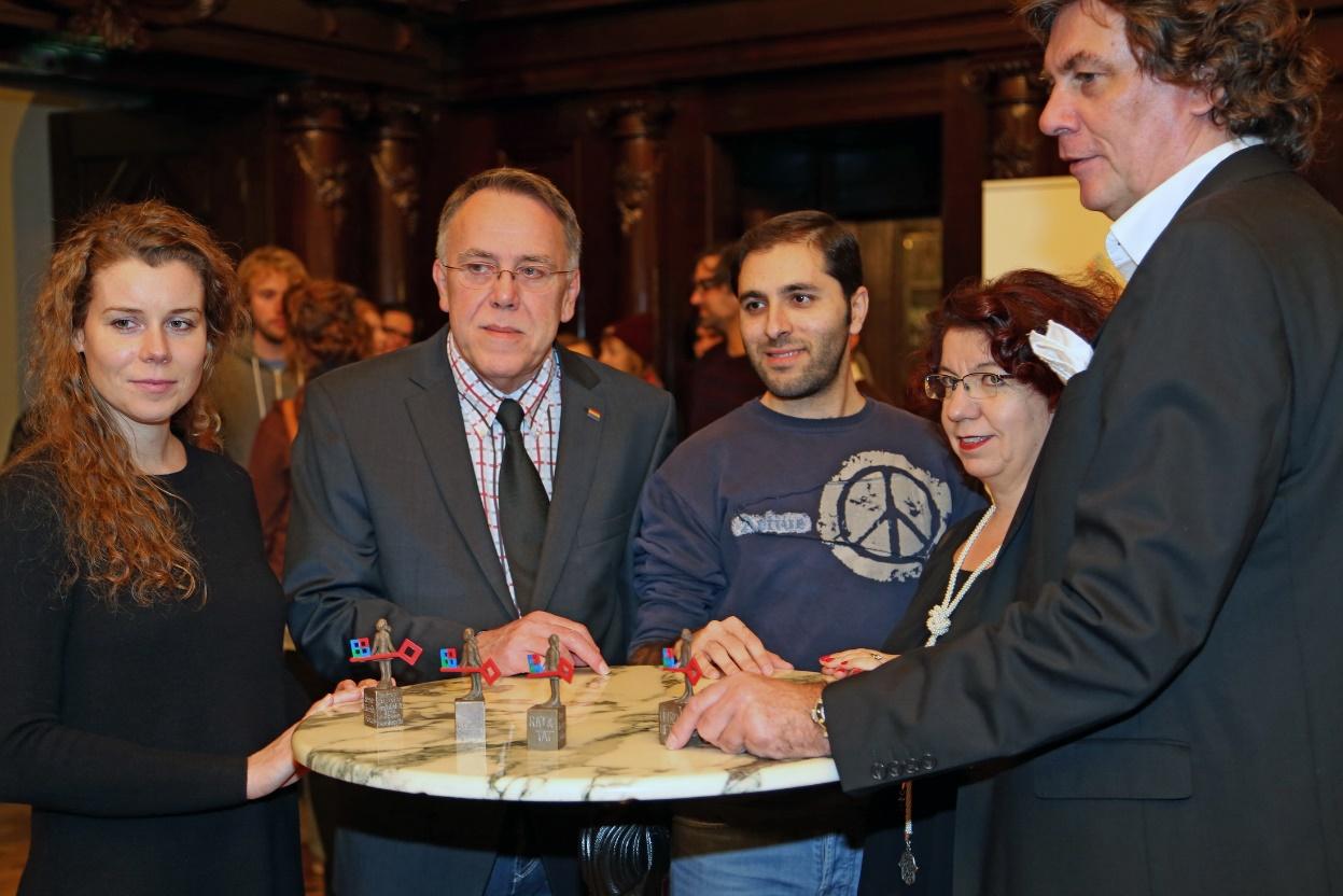 Von links: Kristina Niemeyer (Röhlig Logistics), Reiner Neumann (RAT&TAT Zentrum für Schule und Lesben e.V.), Raed Jazbeh (InCa, Internationales Café), Yasemin Karakaşoğlu (Diversity Persönlichkeit 2014), Rainer Kaemena (HAIRLINER'S Hagens und Kaemena); Foto: Frank Piechatzeck